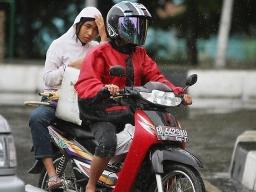 Indonesia cấm phụ nữ ngồi dạng chân khi ngồi sau xe máy