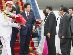 Chùm ảnh ông Shinzo Abe tại sân bay Nội Bài