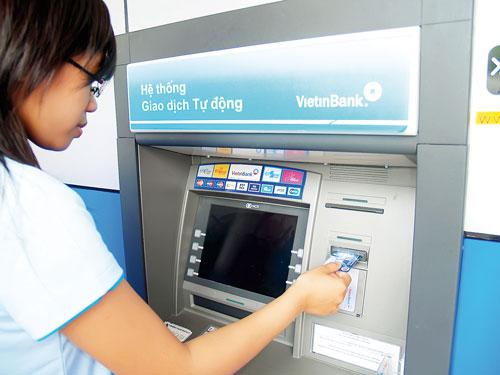Loạn thu phí dịch vụ ngân hàng