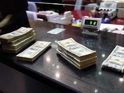 NHNN nên phá giá tiền đồng 3 - 4% trong 2013