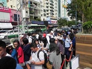 Cảnh xếp hàng khai trương Starbucks Việt Nam xuất hiện trên loạt báo lớn nước ngoài