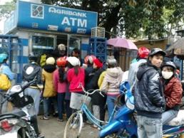 Người Hà Nội đổ xô rút tiền trước ngày ATM thu phí