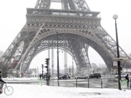 Tháp Eiffel bị dọa đánh bom