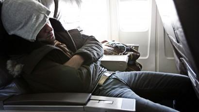 9 cách ngủ ngon nhất trên máy bay