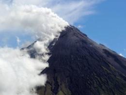 Núi lửa mạnh nhất Philippines phun trào, 5 người thiệt mạng