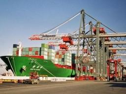 Xuất khẩu Trung Quốc tháng 4 tăng vượt dự báo