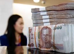 Tiền đổ về châu Á khiến các ngân hàng trung ương lo ngại