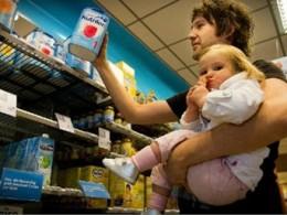 Thế giới tiếp tục lao đao trước cơn khát sữa bột trẻ em của Trung Quốc