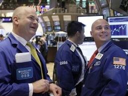 Dow Jones lên cao nhất trong lịch sử trước báo cáo của Fed