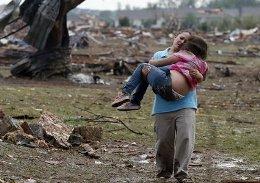 Mỹ tuyên bố thảm họa do bão lốc càn quét