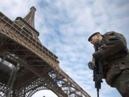 Pháp truy lùng kẻ tấn công binh sĩ giữa Paris
