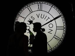 Ông chủ Louis Vuitton đối mặt với án phạt kỷ lục