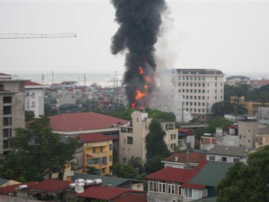 Nổ và cháy lớn ở cây xăng gần bệnh viện 108 Hà Nội