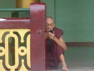 Các nhà sư chùa Vàng Miến Điện với điện thoại di động