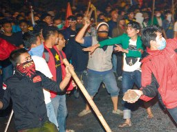 Giá nhiên liệu Indonesia tăng 33% dẫn đến biểu tình rầm rộ