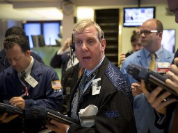 S&P 500 hồi phục sau khi giảm mạnh nhất gần 2 năm