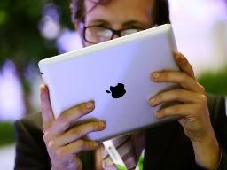Cổ phiếu Apple giảm mạnh do doanh số bán iPhone giảm