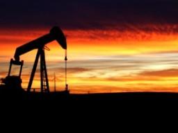 Giá dầu thô tăng do số liệu kinh tế Mỹ khả quan