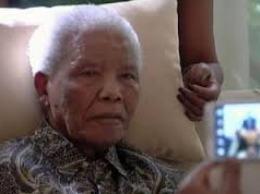 Nelson Mandela phải dùng máy hỗ trợ sự sống