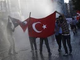 Cảnh sát Thổ Nhĩ Kỳ dùng vòi rồng giải tán biểu tình
