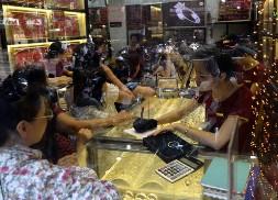 Bloomberg: Huy động vàng trong dân là chìa khóa để tăng giá trị VND