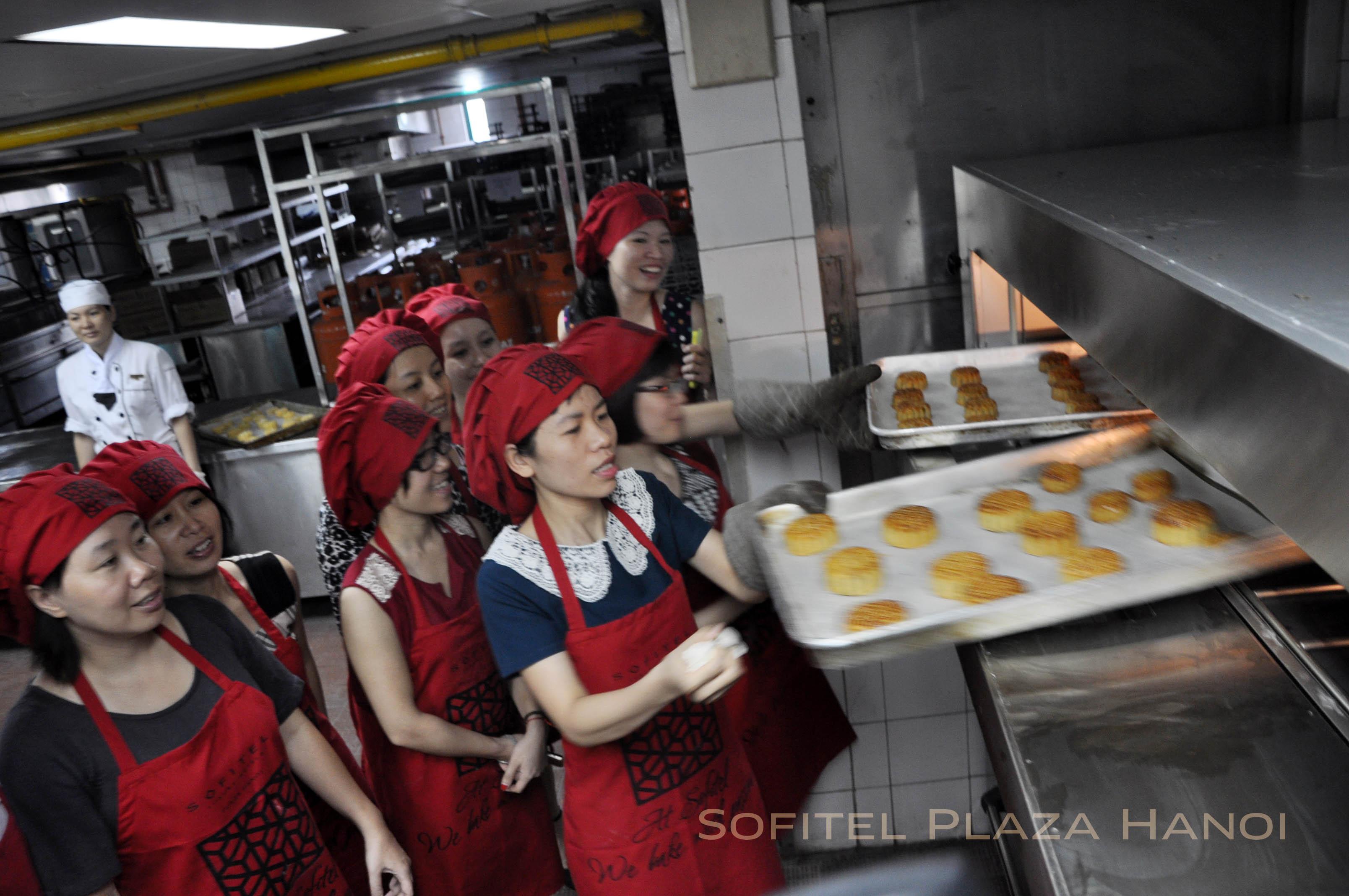 Sofitel Plaza Hanoi mở lớp dạy làm bánh trung thu