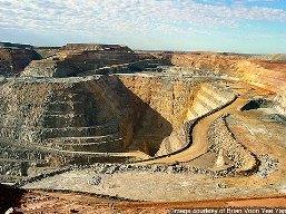 Hàng loạt mỏ vàng ngừng khai thác do giá xuống thấp