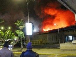 Biển lửa nhấn chìm sân bay lớn nhất Đông Phi