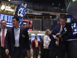 Phố Wall mất điểm cùng đà bán tháo cổ phiếu toàn cầu