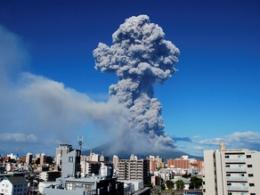 Núi lửa Nhật Bản phun trào mạnh