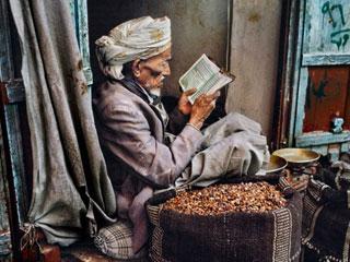 Để thắp lên một ngọn lửa - chùm ảnh về những người đọc sách của Steve McCurry