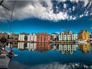 Ngắm những ngôi nhà đầy màu sắc thành phố cảng biển Alesund