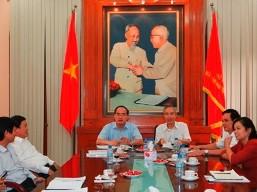 Chủ tịch Mặt trận Nguyễn Thiện Nhân nhận bàn giao công việc