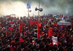 200.000 công nhân dệt may Bangladesh biểu tình, đốt nhà máy
