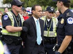 8 thành viên Đảng Dân chủ Mỹ bị bắt vì tụ tập phản đối