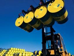 Giá dầu thô giảm do dự trữ của Mỹ tăng mạnh nhất 1 năm