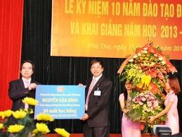 Thống đốc trao 30 suất học bổng cho trường Đại học Hùng Vương, Phú Thọ