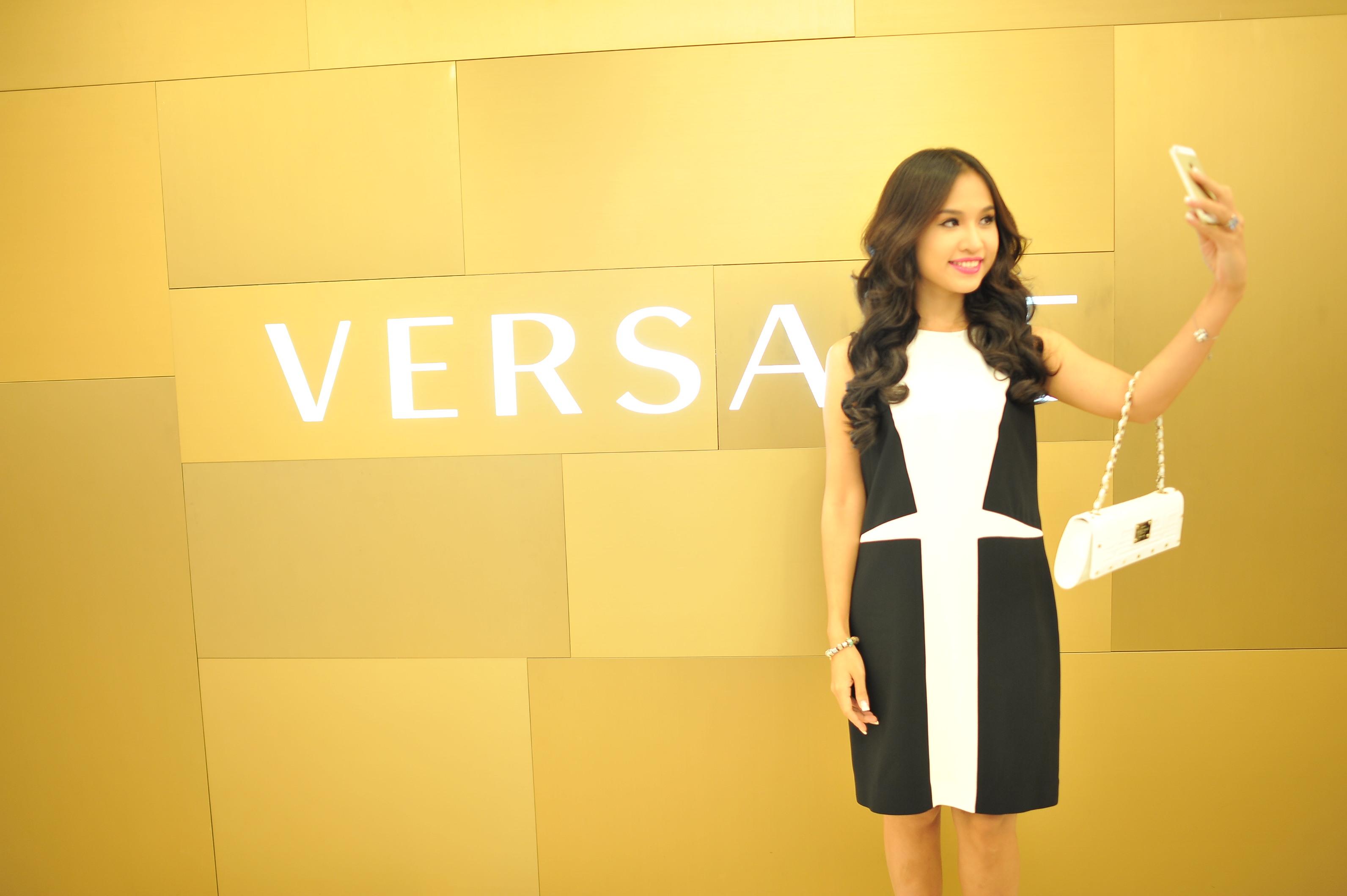 Versace giới thiệu bộ sưu tập Thu Đông tại Tràng Tiền Plaza