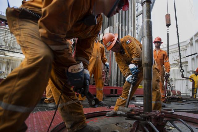 Cổ phiếu Châu Á giảm do đồng Ringgit mất giá và giá dầu thô giảm