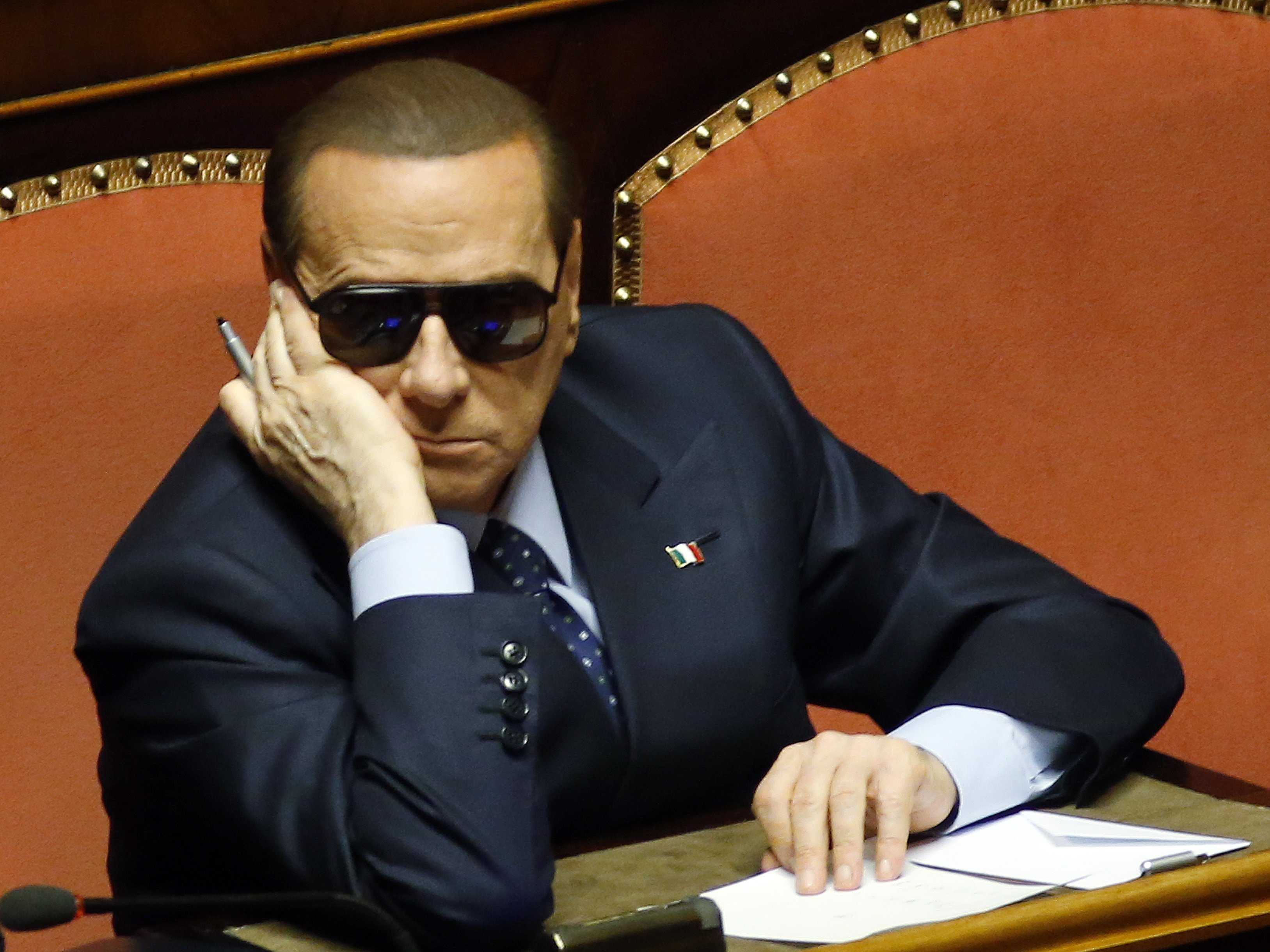 Ông Berlusconi bị xét xử về cáo buộc hối lộ đối thủ