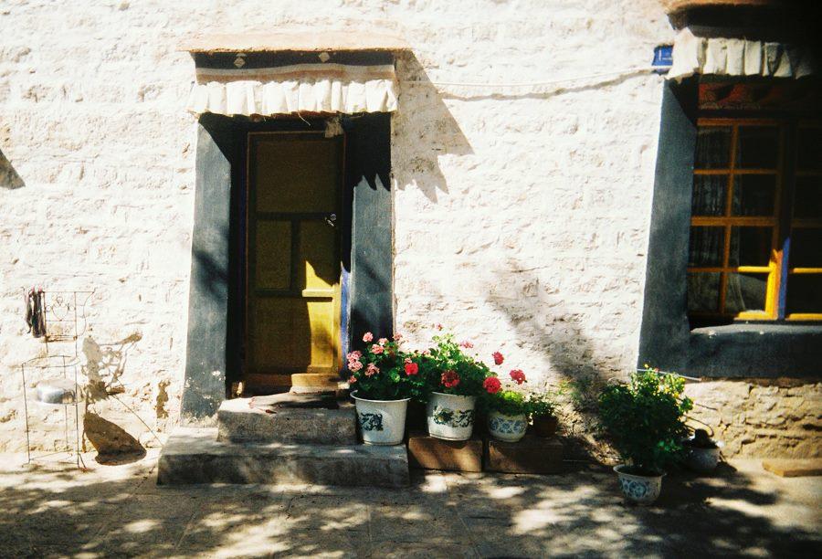 Tây Tạng: Thềm nhà có hoa và những ô cửa nhỏ