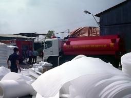 Nổ, cháy lớn tại công ty đệm mút tại Hà Nội