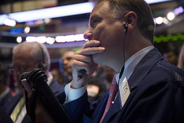 Chứng khoán Mỹ giảm do Fed tiếp tục gói kích cầu