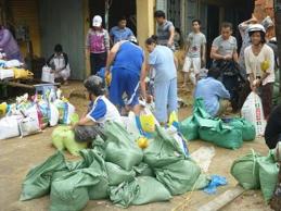 """""""Vỡ chợ"""" trước giờ siêu bão Haiyan ập tới"""