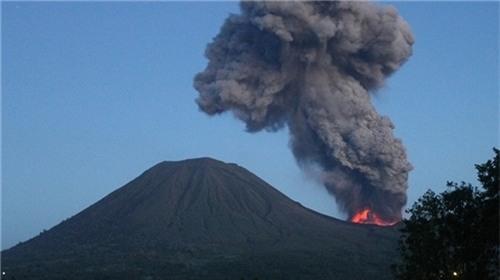 Hàng nghìn người Indonesia phải di tản do núi lửa