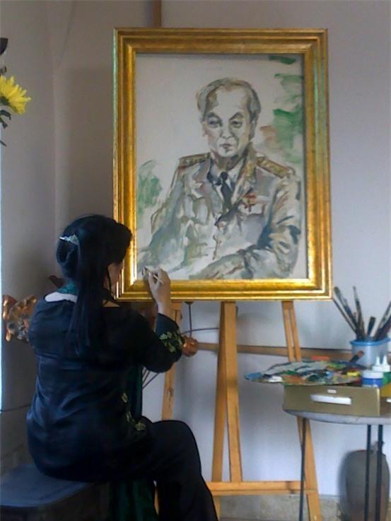 Họa sĩ Văn Dương Thành với những bức họa về Đại tướng Võ Nguyên Giáp