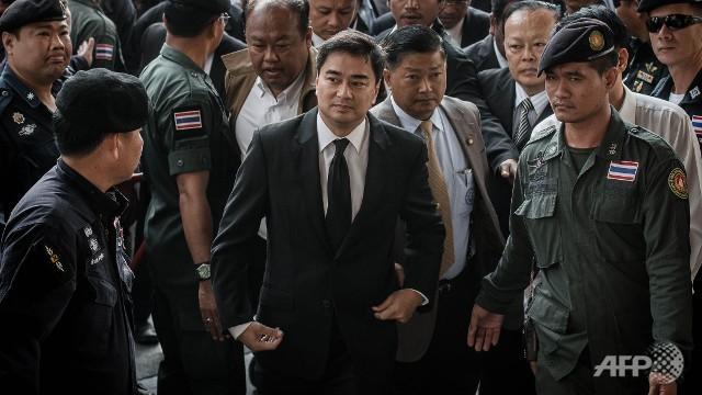 Biểu tình tạm ngưng cho cuộc đấu chính trị Thái Lan