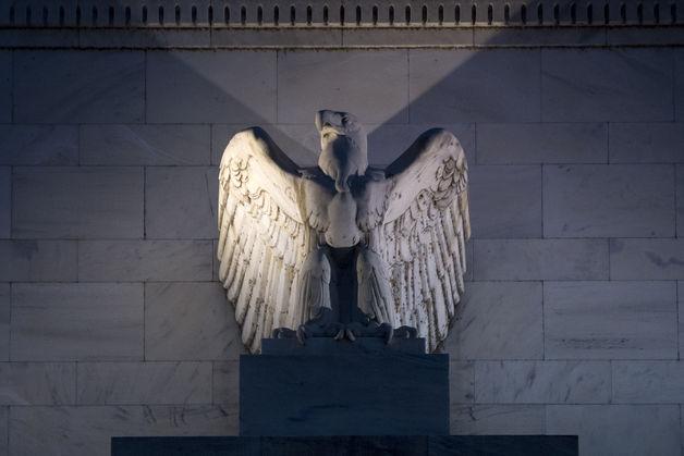 Tài sản của Fed lần đầu vượt kỷ lục 4000 tỷ USD