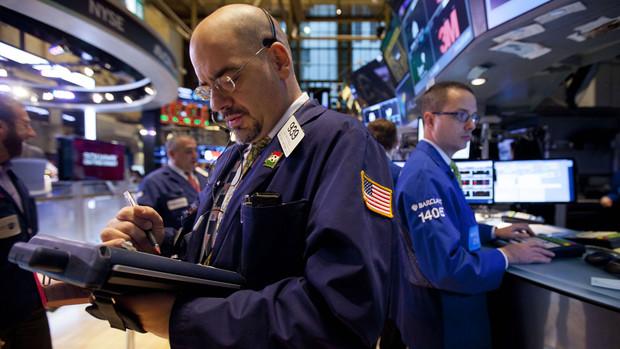 Chứng khoán Mỹ tiếp tục đà tăng kỷ lục do trái phiếu giảm giá, USD tăng giá
