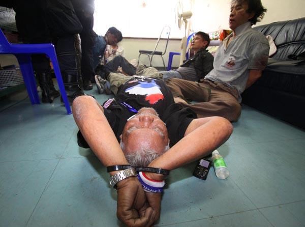 96 người bị thương, một cảnh sát hy sinh sau xung đột chống bầu cử hôm 26/12